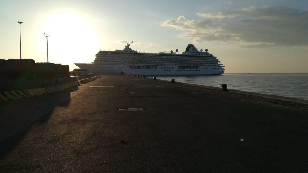 La nave da crociera Crystal Serenity della Crystal Cruises ormeggia a Gaeta
