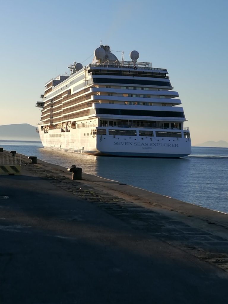 La Seven Seas Explorer ormeggia a Gaeta